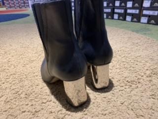 黒いブーツ履き間違い